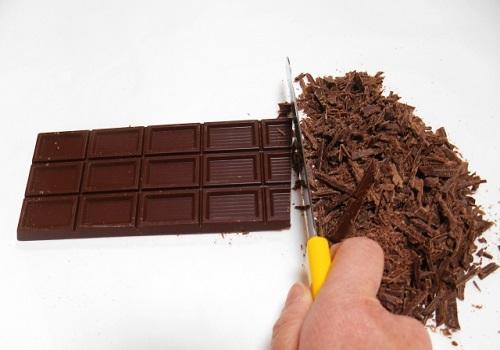 チョコレートを刻む